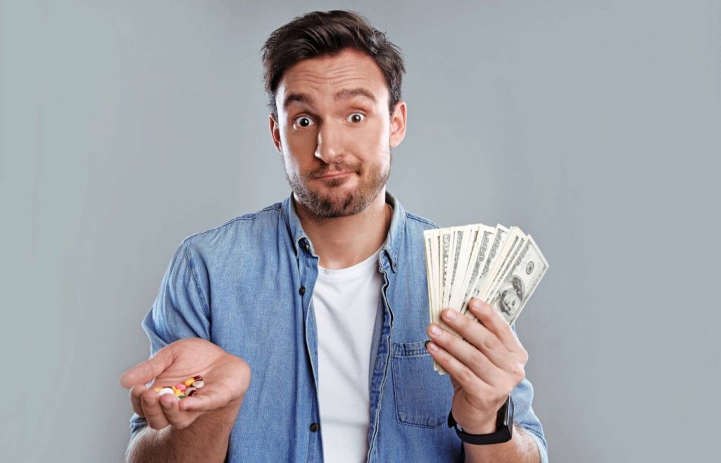Цена лекарств на лечение ЭД - фото мужчины с деньгами | Академия SCHALI®